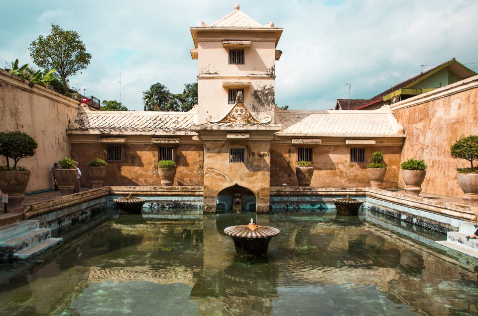 9 must to things in yogyakarta - see taman sari and sumur gumuling