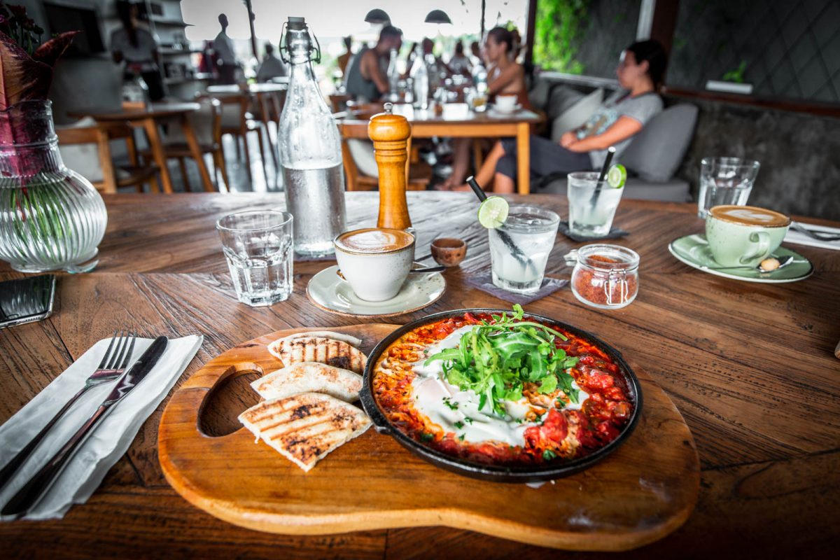 shakshuka, coffee and lime juice at cinta cafe canggu